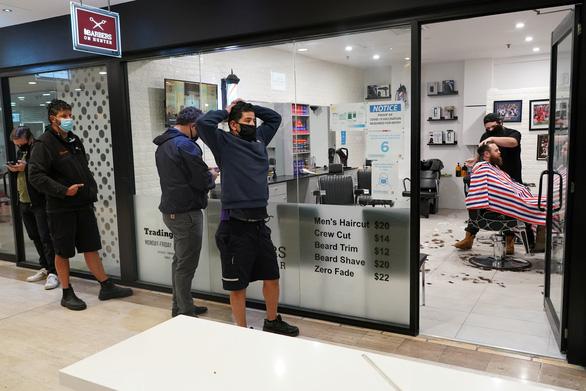 Mừng 'mở cửa', dân Sydney đi uống bia từ nửa đêm - Ảnh 2.