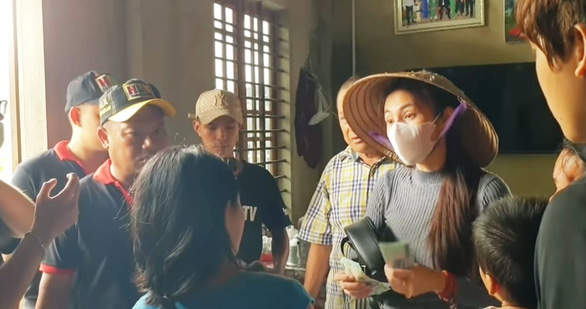 Hoài Linh, Thủy Tiên làm từ thiện ở Huế: Họ không thông qua mặt trận tỉnh - Ảnh 1.