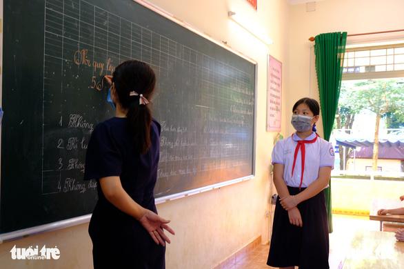 Giáo viên kêu lương thấp, còn bị truy thu phụ cấp gấp trong 30 ngày - Ảnh 1.
