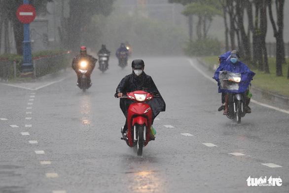 Đêm nay Kompasu vào Biển Đông thành bão số 8, TP.HCM mưa kéo dài đến 13-10 - Ảnh 1.