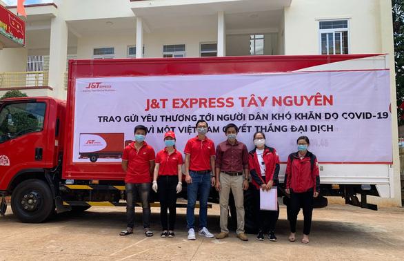 Ấm lòng nghĩa cử cao đẹp của nhân viên J&T Express - Ảnh 1.