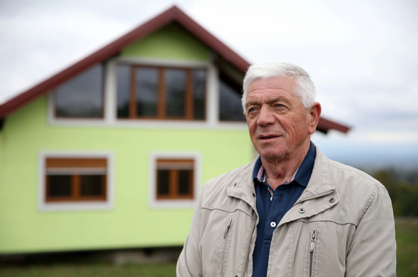 Cụ ông 72 tuổi tự xây nhà biết xoay tặng vợ - Ảnh 1.