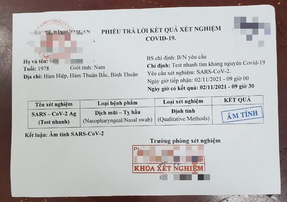 Bắt giữ 4 người buôn bán giấy xét nghiệm COVID-19 giả tại Phan Thiết - Ảnh 1.