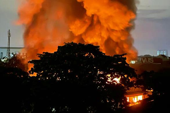 Kho hàng công ty may mặc cháy lớn, lửa khói bốc cao cả trăm mét, đỏ rực một góc trời - Ảnh 1.