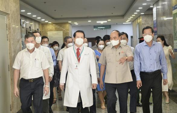 Chủ tịch nước Nguyễn Xuân Phúc thăm Bệnh viện Nhi đồng TP.HCM - Ảnh 2.
