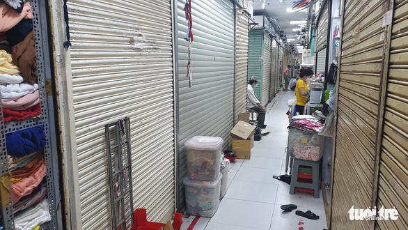 Chợ mở lại ở TP.HCM vắng hoe, nhiều quầy vẫn đóng - Ảnh 2.