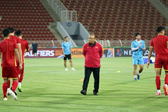 Thầy trò ông Park cười ít, tập nhiều trên sân chính Sultan Qaboos - Ảnh 3.