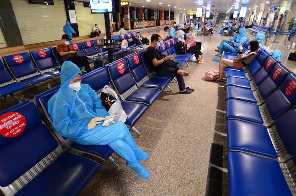 Bỏ cách ly tập trung, chuyến bay từ TP.HCM đến Hà Nội hết vé đến 18-10 - Ảnh 1.