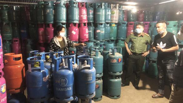 Hải Dương triệt xóa cơ sở sang chiết hàng trăm tấn gas lậu - Ảnh 1.