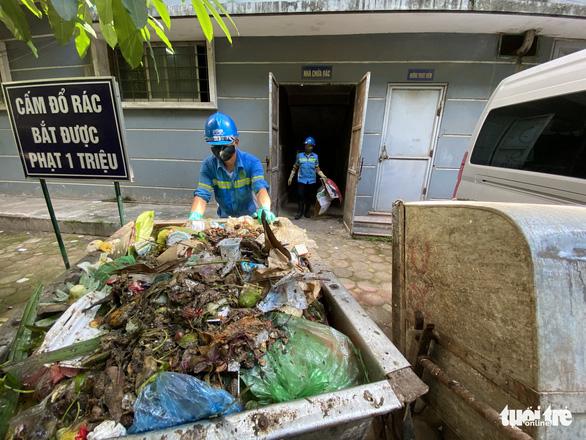 Hà Nội rà soát các gói thầu dịch vụ thu gom rác thải sinh hoạt - Ảnh 1.