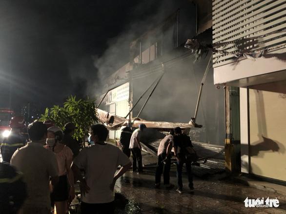 Garage ôtô ở quận 7 bốc cháy dữ dội, thiêu rụi 4 xe bên trong - Ảnh 3.