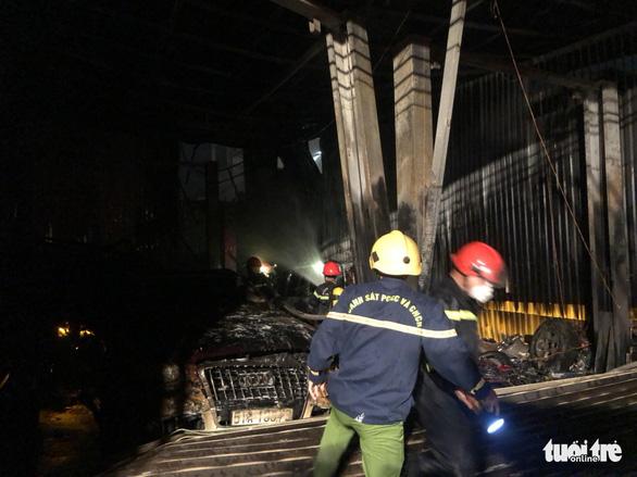Garage ôtô ở quận 7 bốc cháy dữ dội, thiêu rụi 4 xe bên trong - Ảnh 2.