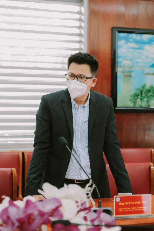 Doanh nghiệp dầu gió Singapore tặng nước rửa tay cho bệnh viện tuyến đầu - Ảnh 3.
