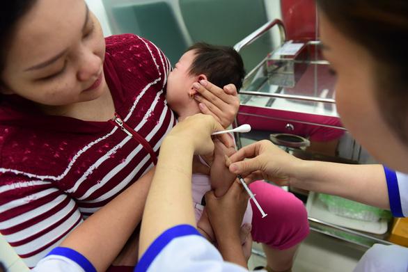 Khởi động lại chiến dịch tiêm chủng trẻ em - Ảnh 1.
