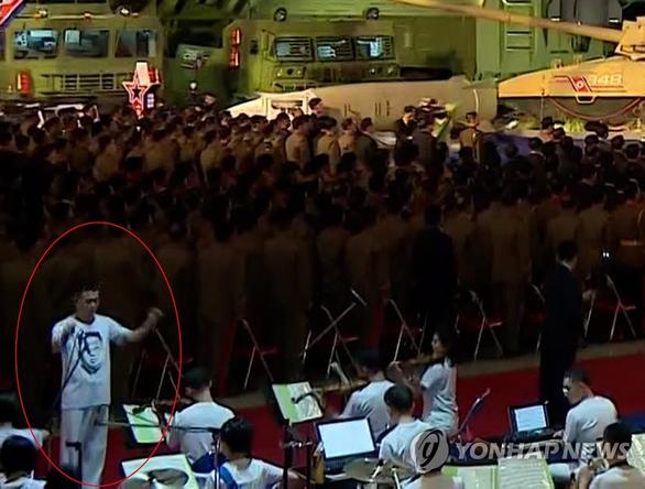 Áo phông in hình ông Kim Jong Un gây chú ý tại Triều Tiên - Ảnh 1.