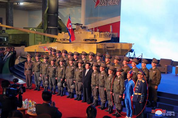 Áo phông in hình ông Kim Jong Un gây chú ý tại Triều Tiên - Ảnh 2.