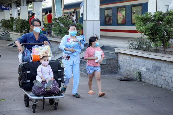 Huế đón gần 600 thai phụ, mẹ và bé sơ sinh, học sinh mắc kẹt về quê bằng xe lửa - Ảnh 1.