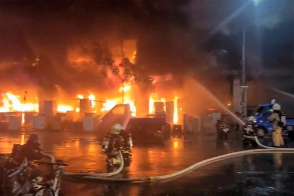 Chung cư 13 tầng ở Đài Loan chìm trong biển lửa: ít nhất 46 người chết - Ảnh 1.