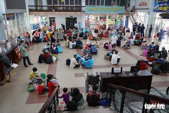 Huế đón gần 600 thai phụ, mẹ và bé sơ sinh, học sinh mắc kẹt về quê bằng xe lửa - Ảnh 3.