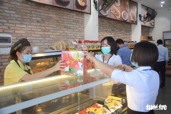 Đà Nẵng cho bán ăn uống tại chỗ từ 16-10 - Ảnh 1.