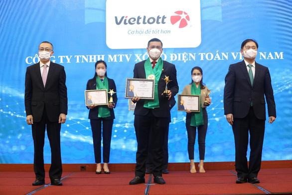 Vietlott được vinh danh Top 10 thương hiệu mạnh ngành Dịch vụ số Việt Nam 2021 - Ảnh 1.