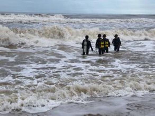 Anh em nam sinh lớp 10 bị cuốn trôi khi tắm biển, chưa tìm thấy người anh - Ảnh 1.