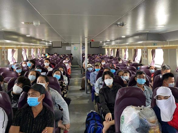 Kiên Giang: đưa gần 200 giáo viên, học sinh, người dân bị kẹt trong đất liền về các xã đảo - Ảnh 1.