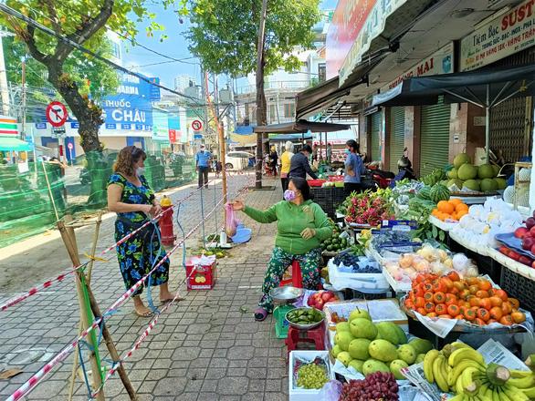 Ngày đầu siêu thị ở Nha Trang mở cửa lại, người dân bỡ ngỡ dùng mã QR - Ảnh 3.