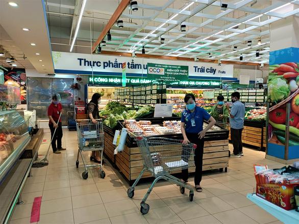 Ngày đầu siêu thị ở Nha Trang mở cửa lại, người dân bỡ ngỡ dùng mã QR - Ảnh 2.