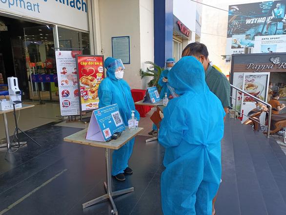 Ngày đầu siêu thị ở Nha Trang mở cửa lại, người dân bỡ ngỡ dùng mã QR - Ảnh 1.