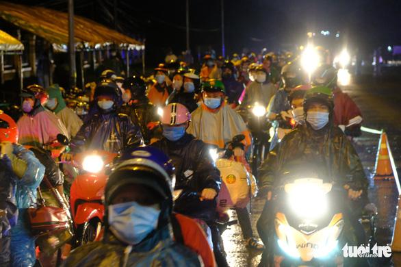 Cảnh sát dẫn đường gần 8.000 người từ Đồng Nai, Bình Dương đi xuyên đêm về Tây Nguyên - Ảnh 1.