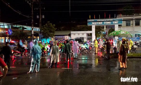 2.800 người dân tự đi về quê An Giang, được bố trí 5 điểm cách ly trong đêm 1-10 - Ảnh 3.