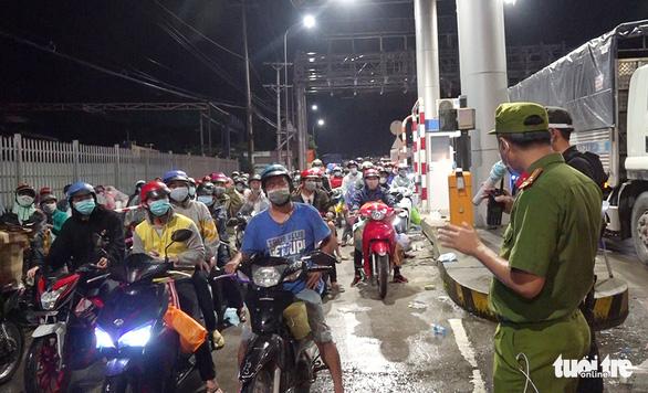 2.800 người dân tự về An Giang được bố trí 5 điểm cách ly trong đêm 1-10 - Ảnh 1.