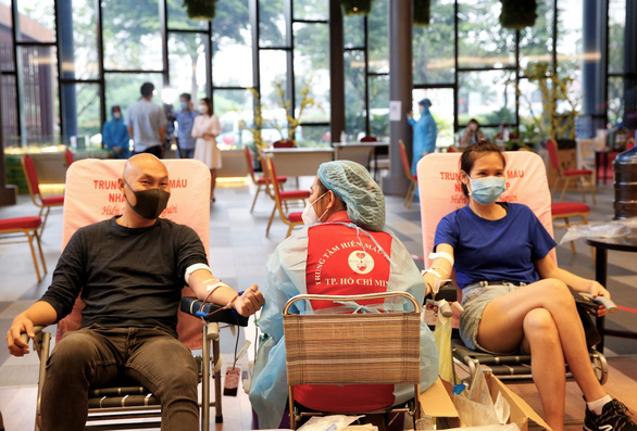 Ngày đầu nới lỏng giãn cách, nhân viên và cư dân Phú Mỹ Hưng tích cực tham gia hiến máu cứu người - Ảnh 2.
