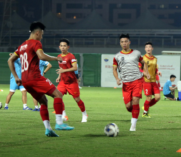 Tuyển Việt Nam tập buổi đầu tiên tại UAE chờ đấu Trung Quốc - Ảnh 1.