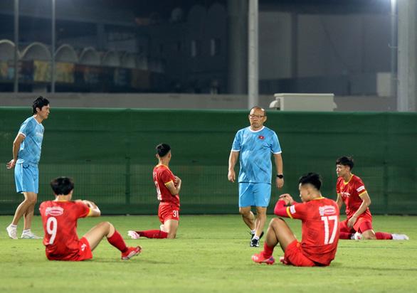 Tuyển Việt Nam tập buổi đầu tiên tại UAE chờ đấu Trung Quốc - Ảnh 2.