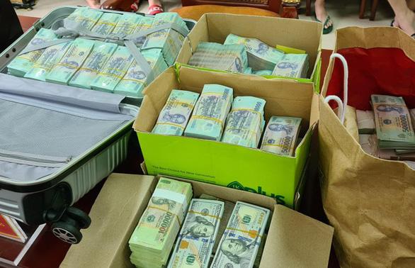 Phá đường dây bài bạc trên mạng, thu giữ nhiều xe sang, tiền mặt chục tỉ - Ảnh 2.