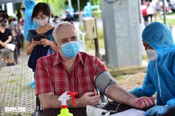TP.HCM: Nhiều người nước ngoài lúng túng vì chưa được tiêm vắc xin mũi 1 - Ảnh 1.