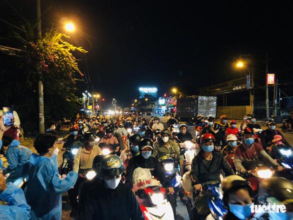 Tối 3-10, hàng ngàn người dân tiếp tục về miền Tây - Ảnh 2.