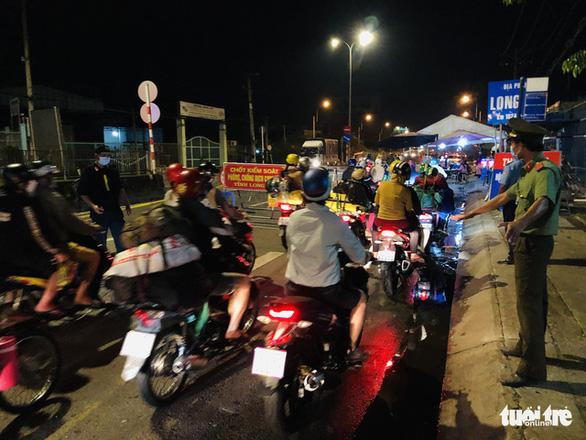 Tối 3-10, hàng ngàn người dân tiếp tục về miền Tây - Ảnh 3.