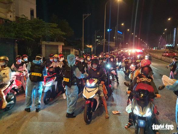 Tối 3-10, hàng ngàn người dân tiếp tục về miền Tây - Ảnh 4.