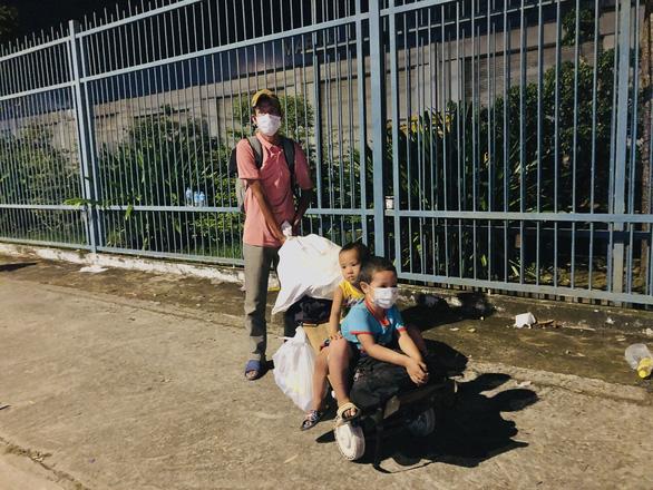 Cha đẩy 2 con trai trên xe tự chế tính đi bộ từ Đồng Nai về quê Trà Vinh - Ảnh 1.