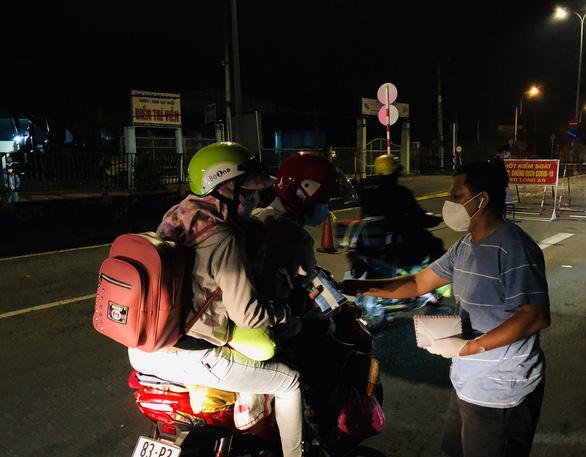 Cha đẩy 2 con trai trên xe tự chế tính đi bộ từ Đồng Nai về quê Trà Vinh - Ảnh 2.