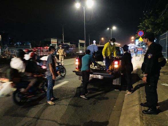 Cha đẩy 2 con trai trên xe tự chế tính đi bộ từ Đồng Nai về quê Trà Vinh - Ảnh 3.
