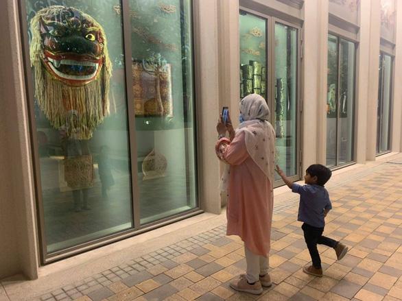 Trưng bày phiên bản thu nhỏ các tác phẩm nghệ thuật tại hầm Nhà Quốc hội Việt Nam ở Dubai - Ảnh 1.