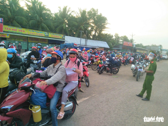Các tỉnh miền Tây phân luồng để cách ly đối với người về quê bằng xe máy - Ảnh 1.