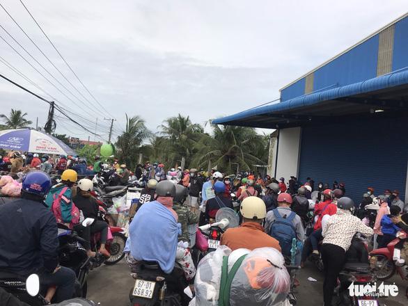 Hàng chục ngàn người tiếp tục về quê, các tỉnh loay hoay lo cơm nước - Ảnh 2.