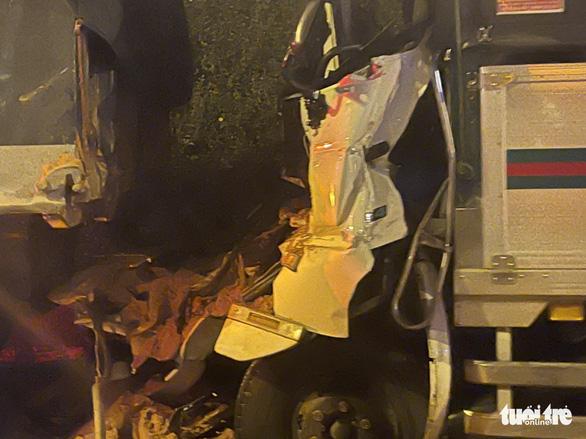 Cabin xe tải găm chặt đuôi xe ben sau cú tông, hai người chết - Ảnh 2.