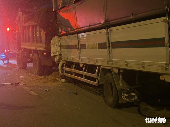Cabin xe tải găm chặt đuôi xe ben sau cú tông, hai người chết - Ảnh 1.