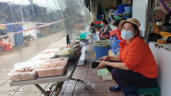 Trong 2 ngày, thêm 6 chợ ở TP.HCM mở cửa lại, sẽ còn mở tiếp - Ảnh 1.